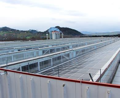 LUBE工場ソーラーパネル写真